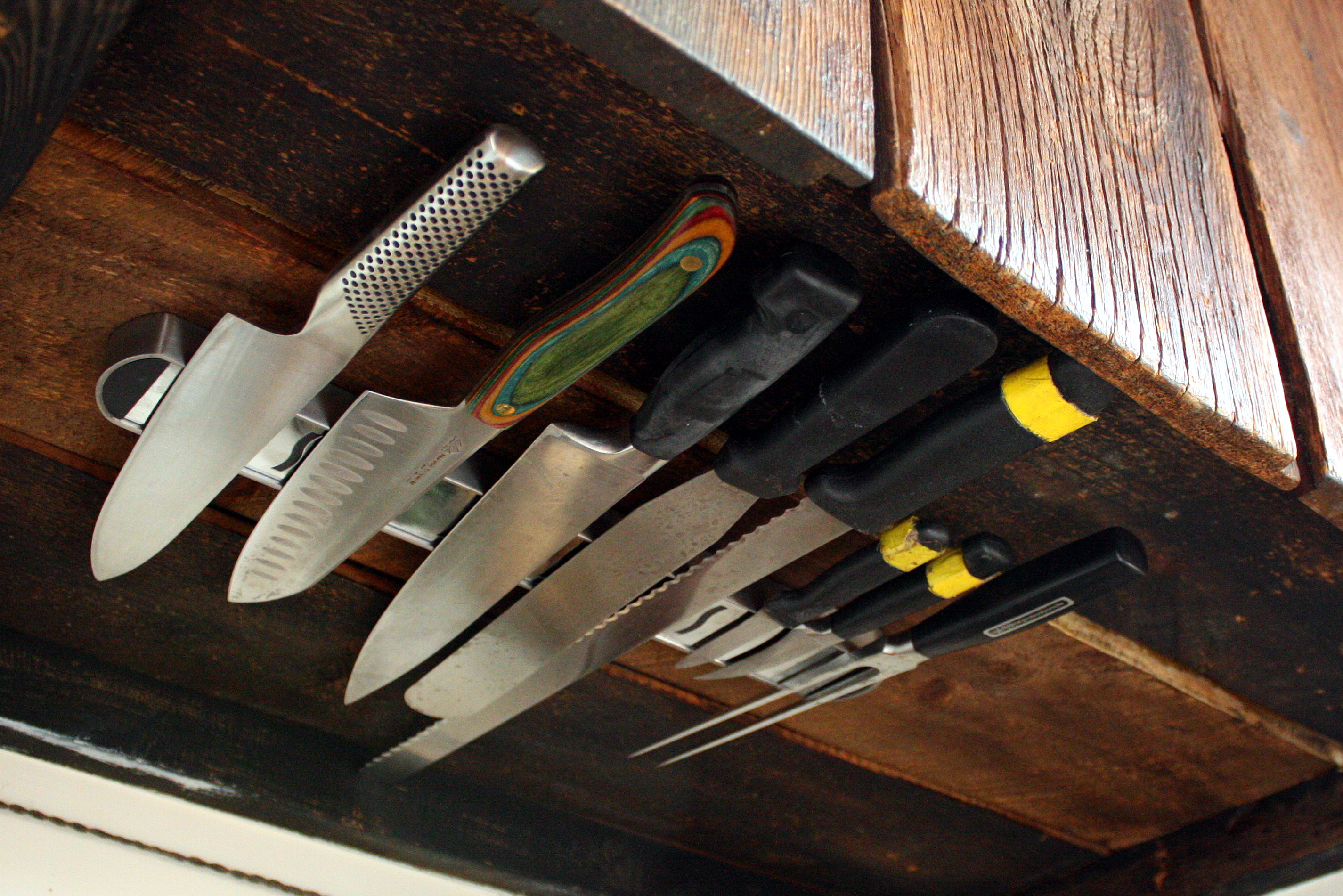Space Saving Under Counter Knife Rack Idea